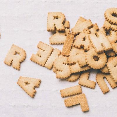 「散らばった英語のクッキー」の写真素材