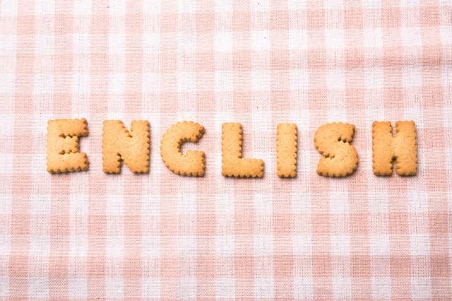 ENGLISH と並べられた英語のクッキー