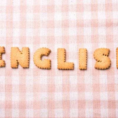 「ENGLISH と並べられた英語のクッキー」の写真素材