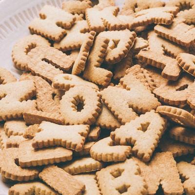 「山盛りの英語クッキー」の写真素材