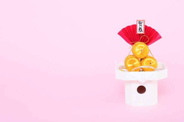 「年賀状用に俵の賀春の飾り」のフリー写真素材