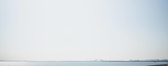 遠くに見える東京ゲートブリッジの写真