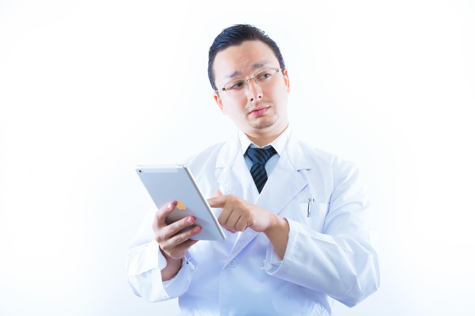 「タブレットを持って検索をする白衣のドクタータブレットを持って検索をする白衣のドクター」[モデル:Max_Ezaki]のフリー写真素材を拡大