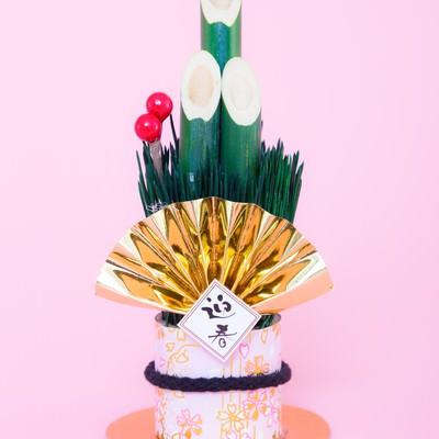 「年賀状にぴったり!迎春と書かれた門松の飾り」の写真素材