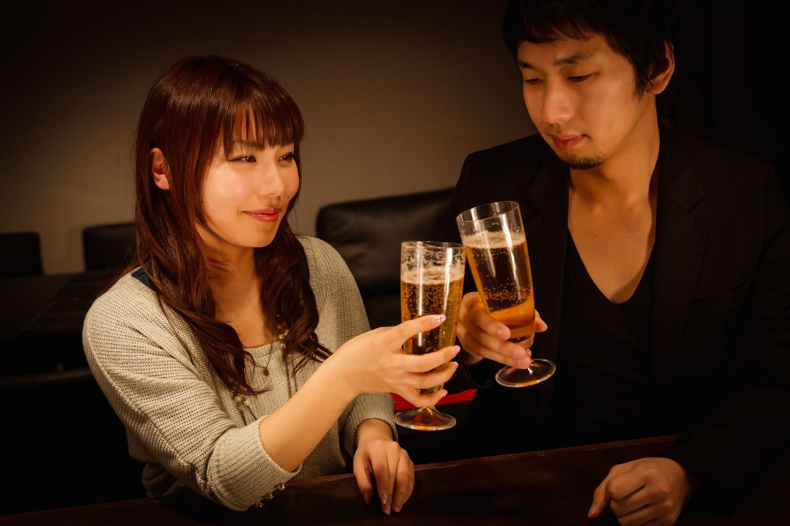 「バーで乾杯する男女」の写真[モデル:大川竜弥 Lala]