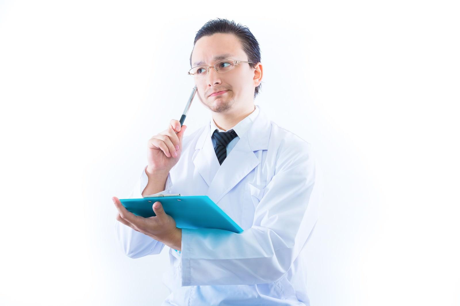 「検査結果に悩むドクター」の写真[モデル:Max_Ezaki]