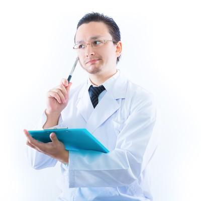 「検査結果に悩むドクター」の写真素材