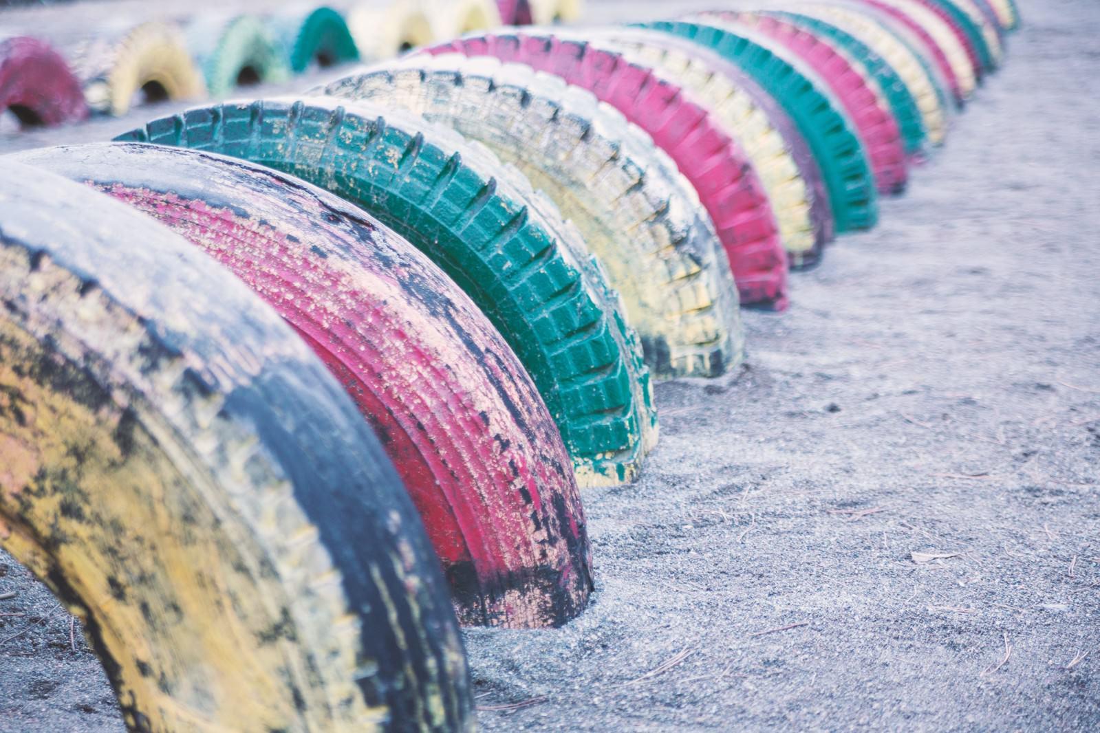 「公園にあるタイヤの遊具」の写真