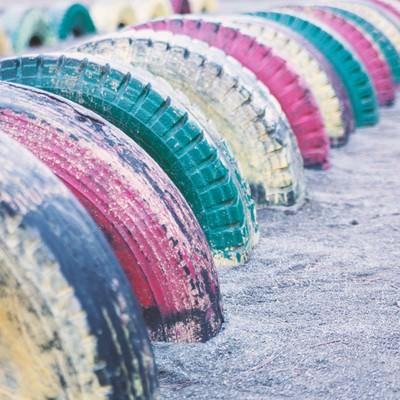 公園にあるタイヤの遊具の写真