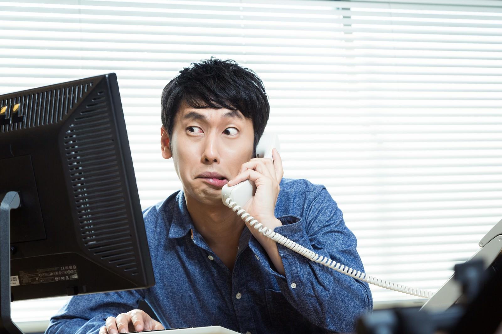 「顧客から重大なバグを指摘されコードを確認するエンジニア」の写真[モデル:大川竜弥]