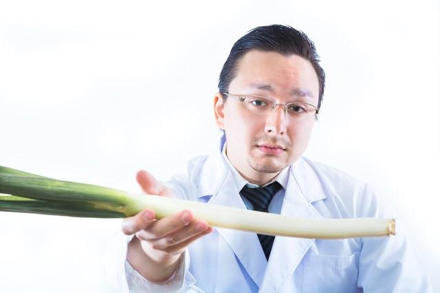 「これで風邪治せよ」と長ネギを手渡す医者の写真