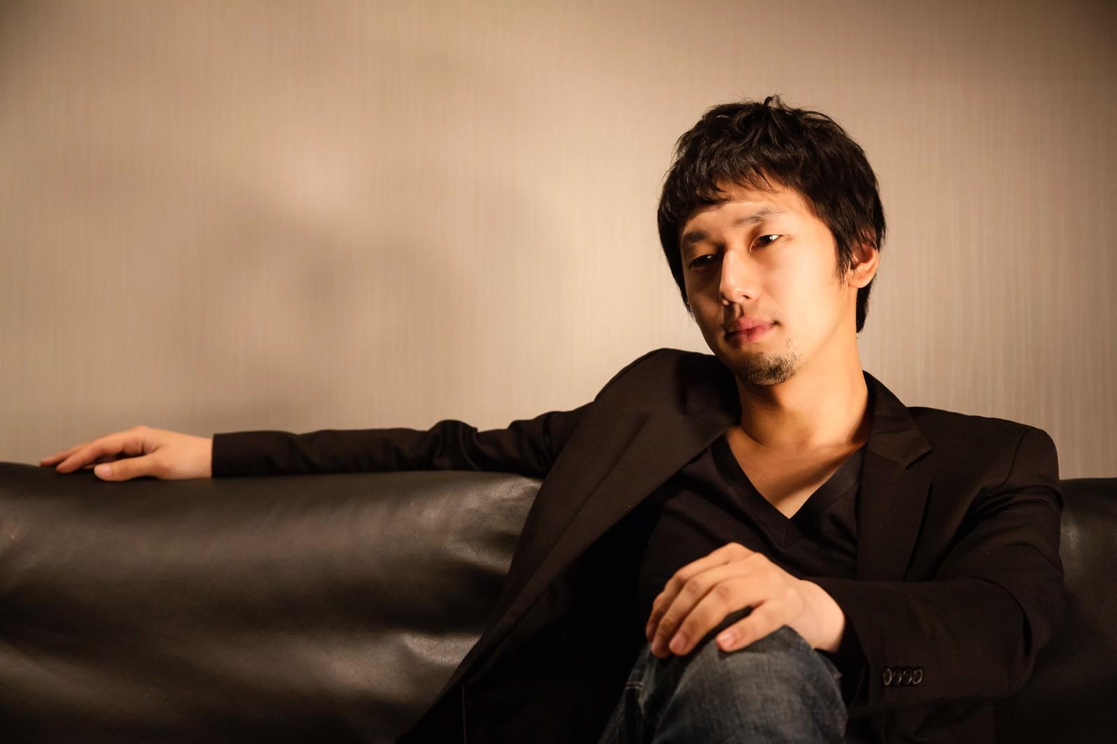 「ソファーに座るホスト風の男性ソファーに座るホスト風の男性」[モデル:大川竜弥]のフリー写真素材