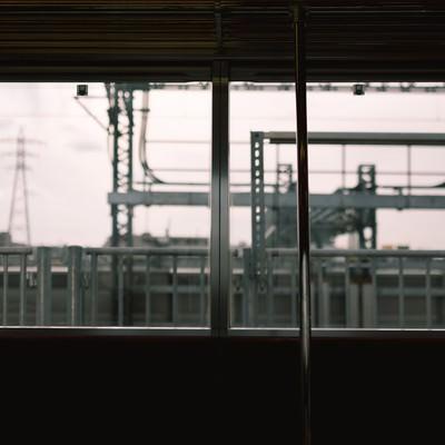「電車内からのホーム」の写真素材