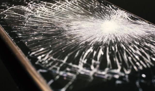 割れた液晶画面(スマホ)の写真
