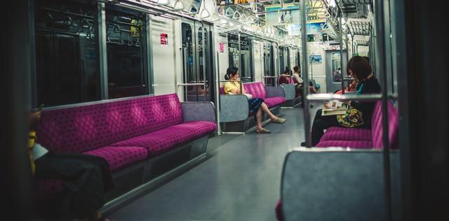 夜間の電車内の写真