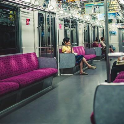 「夜間の電車内」の写真素材