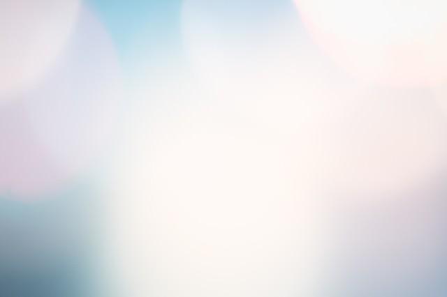 青く光るフレアの写真