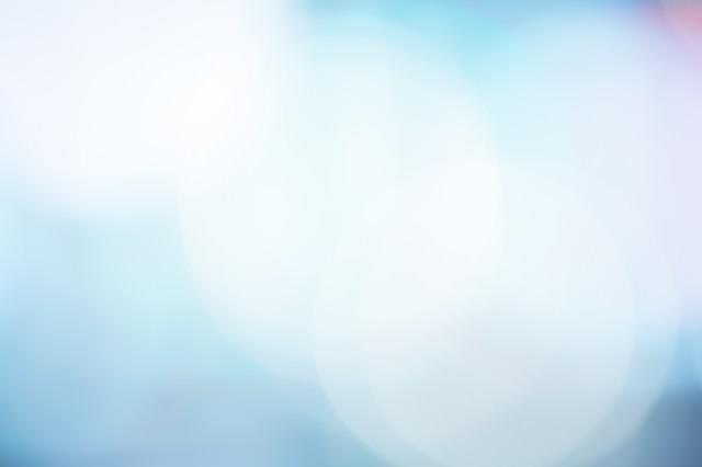 青く冷たい光のボケ(背景)の写真