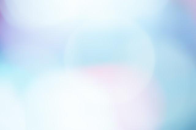 差し込む光のボケの写真