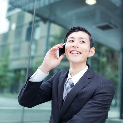 「取引先から受注をもらって笑顔な会社員(スーツ)」の写真素材