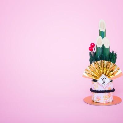 「年賀状用|迎春と書かれた門松の飾り」の写真素材