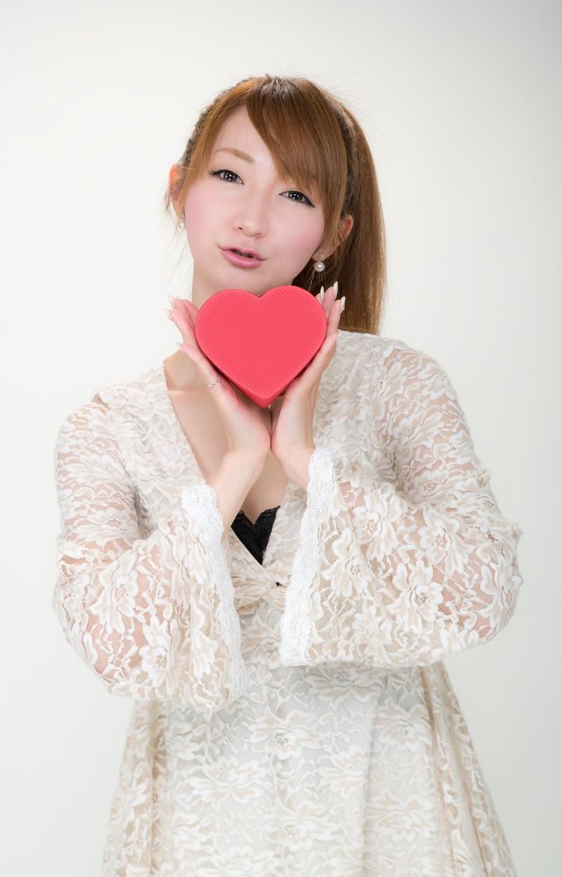 「ハートのチョコをあげる女性」の写真[モデル:to-ko]