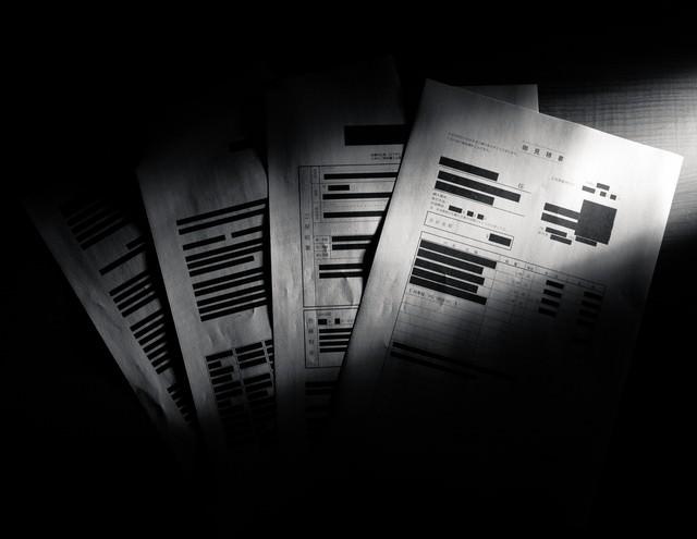 黒塗りされた重要な書類の写真