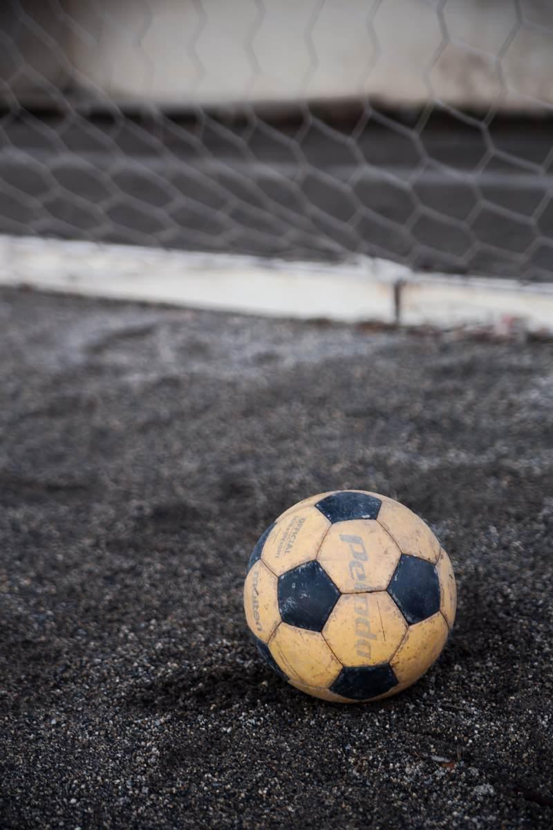 「ゴールネットとサッカーボール」の写真