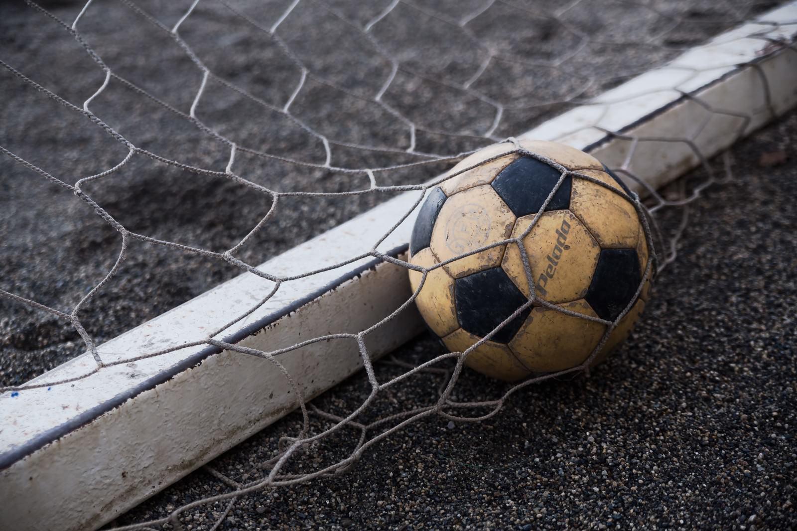 「ゴールネットとサッカーボールゴールネットとサッカーボール」のフリー写真素材を拡大