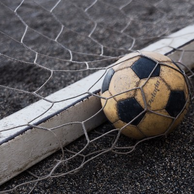 「ゴールネットとサッカーボール」の写真素材
