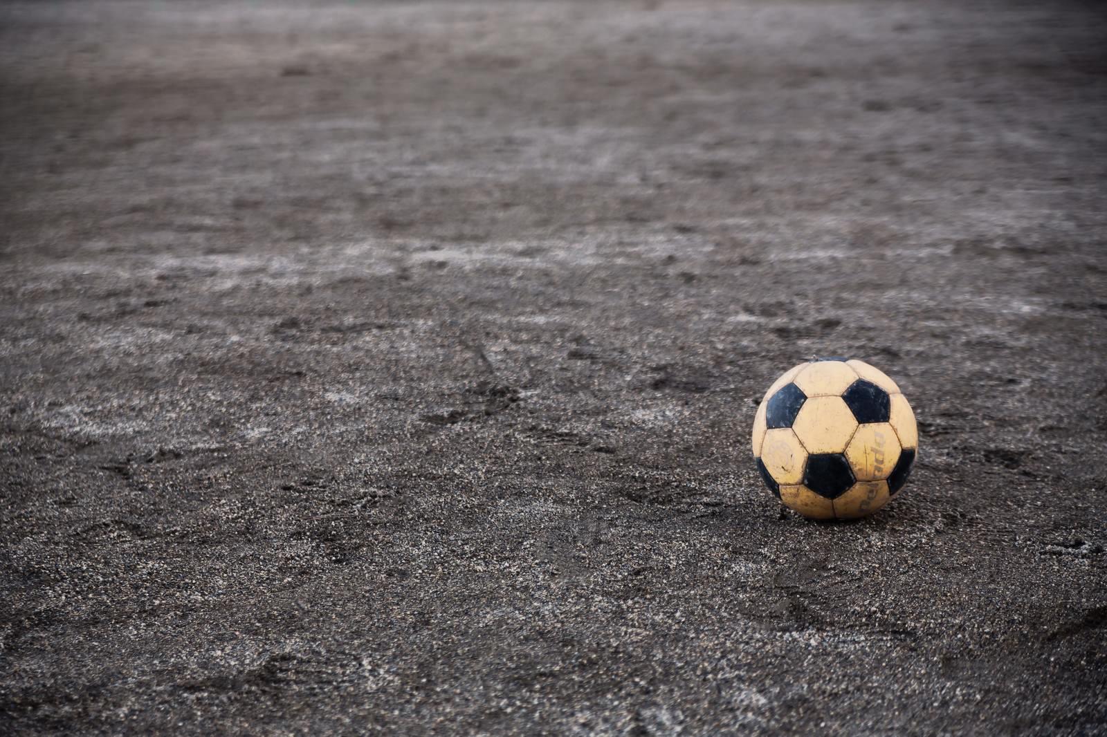 「片付け忘れたサッカーボール」の写真