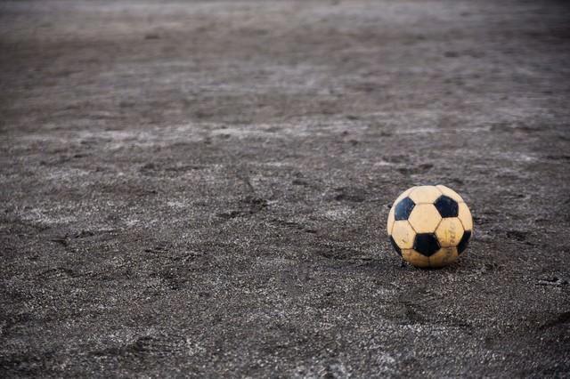 片付け忘れたサッカーボールの写真