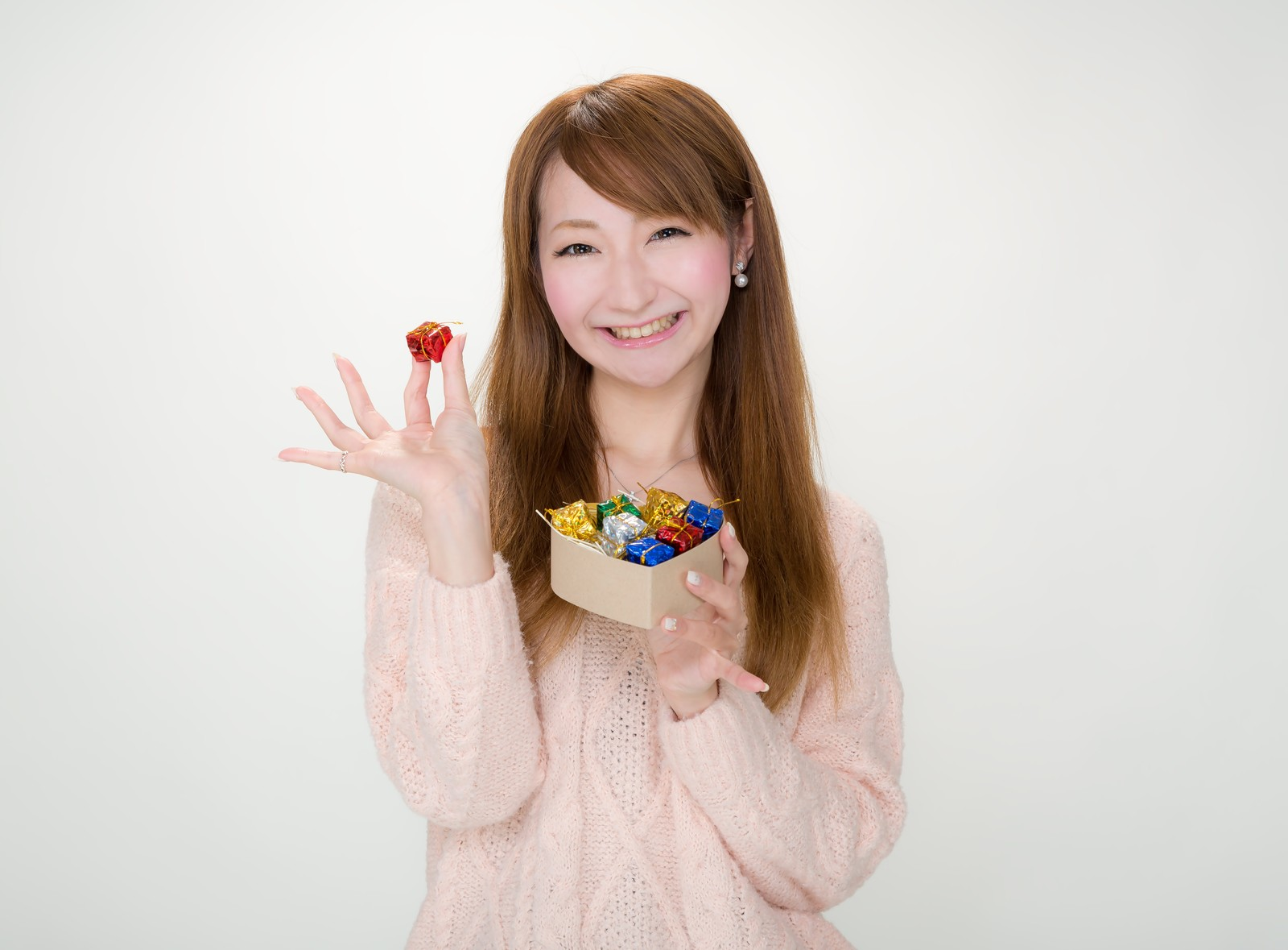 「プレゼントボックスを開けて微笑む女性」の写真[モデル:to-ko]