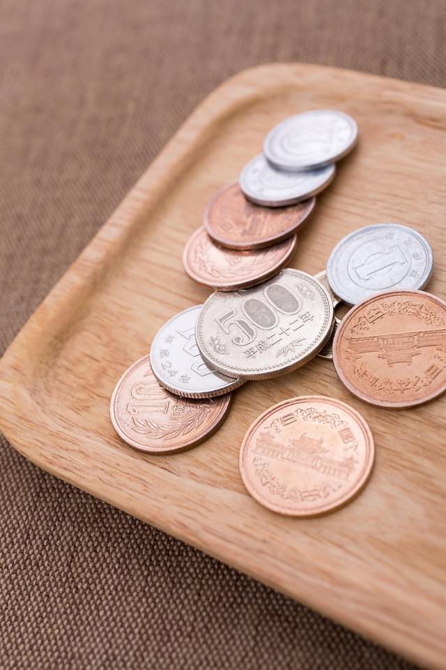 トレーに乗った小銭の写真