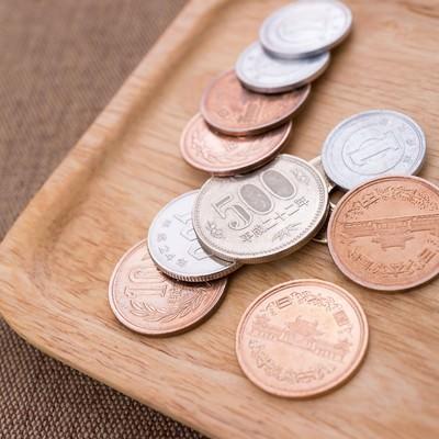 「トレーに乗った小銭」の写真素材
