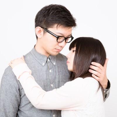 「口付けをしようと彼女をやさしく抱擁する彼氏」の写真素材