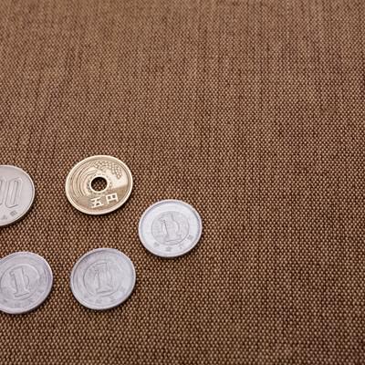 隅に置かれた108円の写真