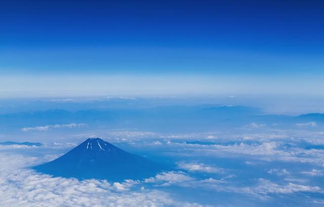 上空から雪解けの富士山(夏)の写真