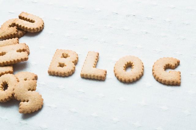 BLOGと並べられたクッキーの写真
