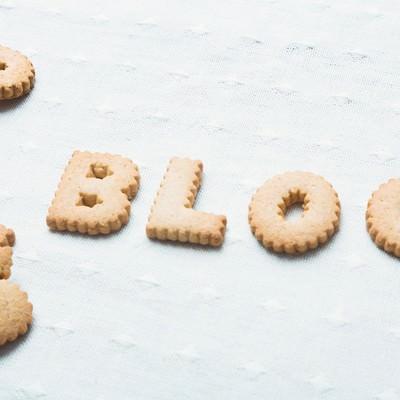 「BLOGと並べられたクッキー」の写真素材
