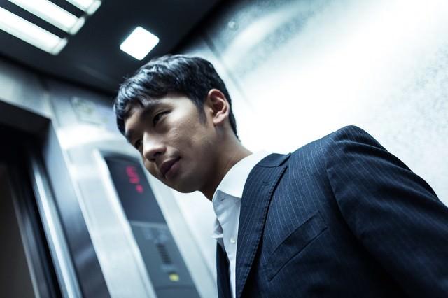 「残業後エレベーターで気になるあの子を待ち伏せる冬彦系男子」のフリー写真素材