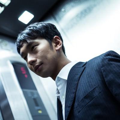 「残業後エレベーターで気になるあの子を待ち伏せる冬彦系男子」の写真素材