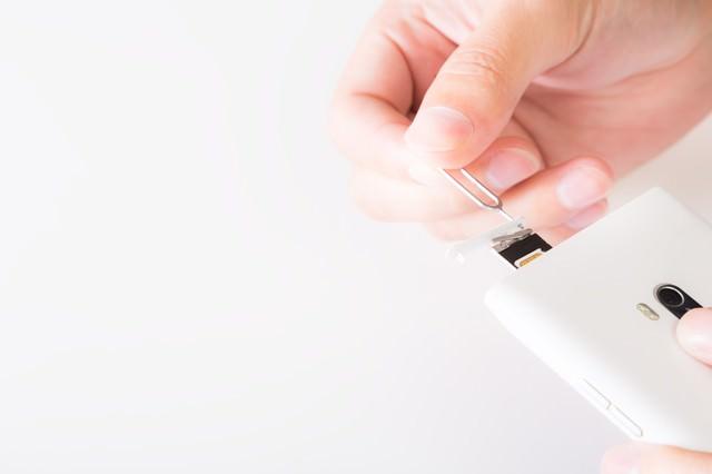 SIMカードを携帯電話からイジェクトするの写真