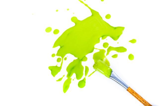 緑の塗料と絵筆の写真