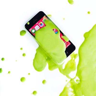 「緑色の塗料とスマホ」の写真素材