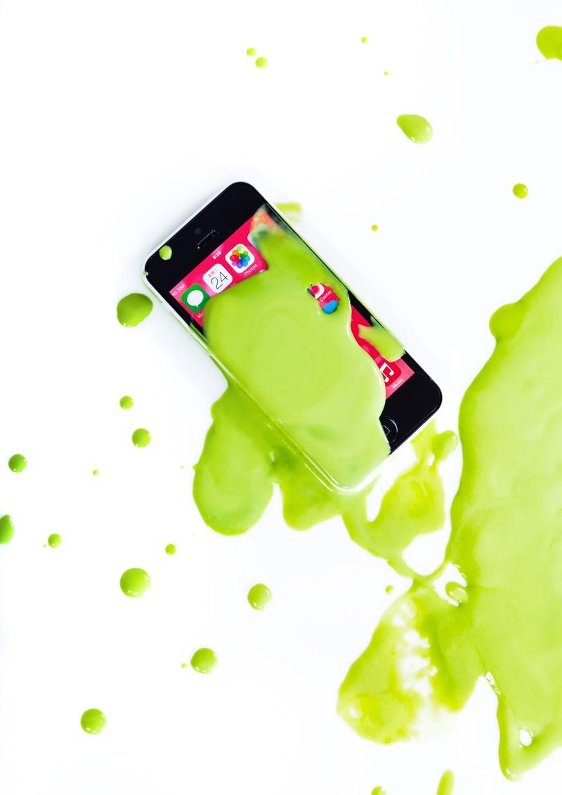 「緑色の塗料とスマホ」の写真