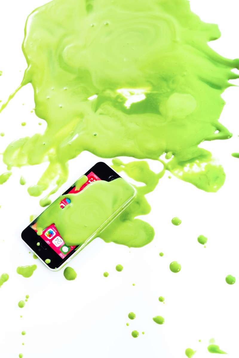 「緑の塗料をスマホにdone」の写真