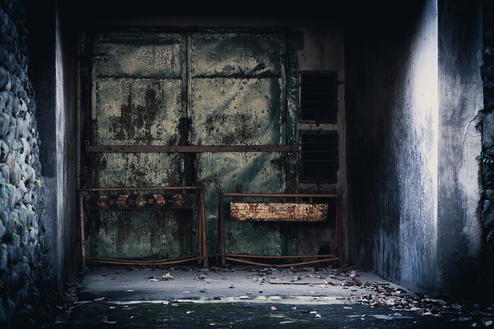 「立ち入り禁止の封鎖された入り口立ち入り禁止の封鎖された入り口」のフリー写真素材を拡大