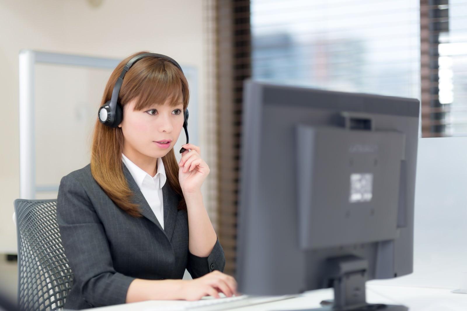 「コールセンターで対応中(ヘルプデスク)コールセンターで対応中(ヘルプデスク)」[モデル:暢子]のフリー写真素材を拡大