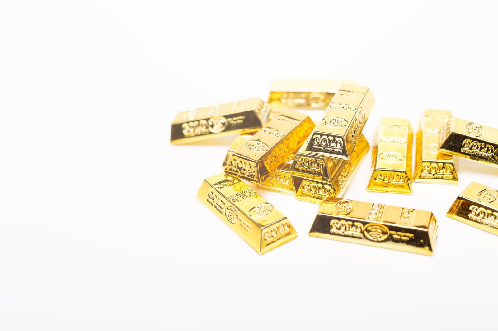 「散らばった金塊(ゴールド)散らばった金塊(ゴールド)」のフリー写真素材を拡大